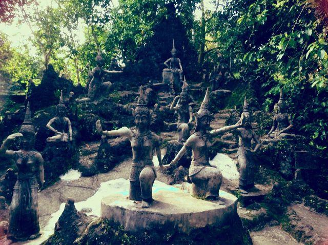 статуи в джунглях
